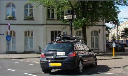 800px-Google_maps_auto
