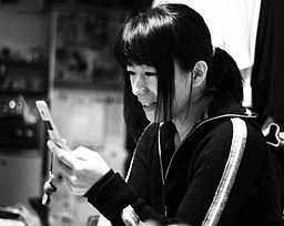A_Japanese_woman_with_a_mobile_phone