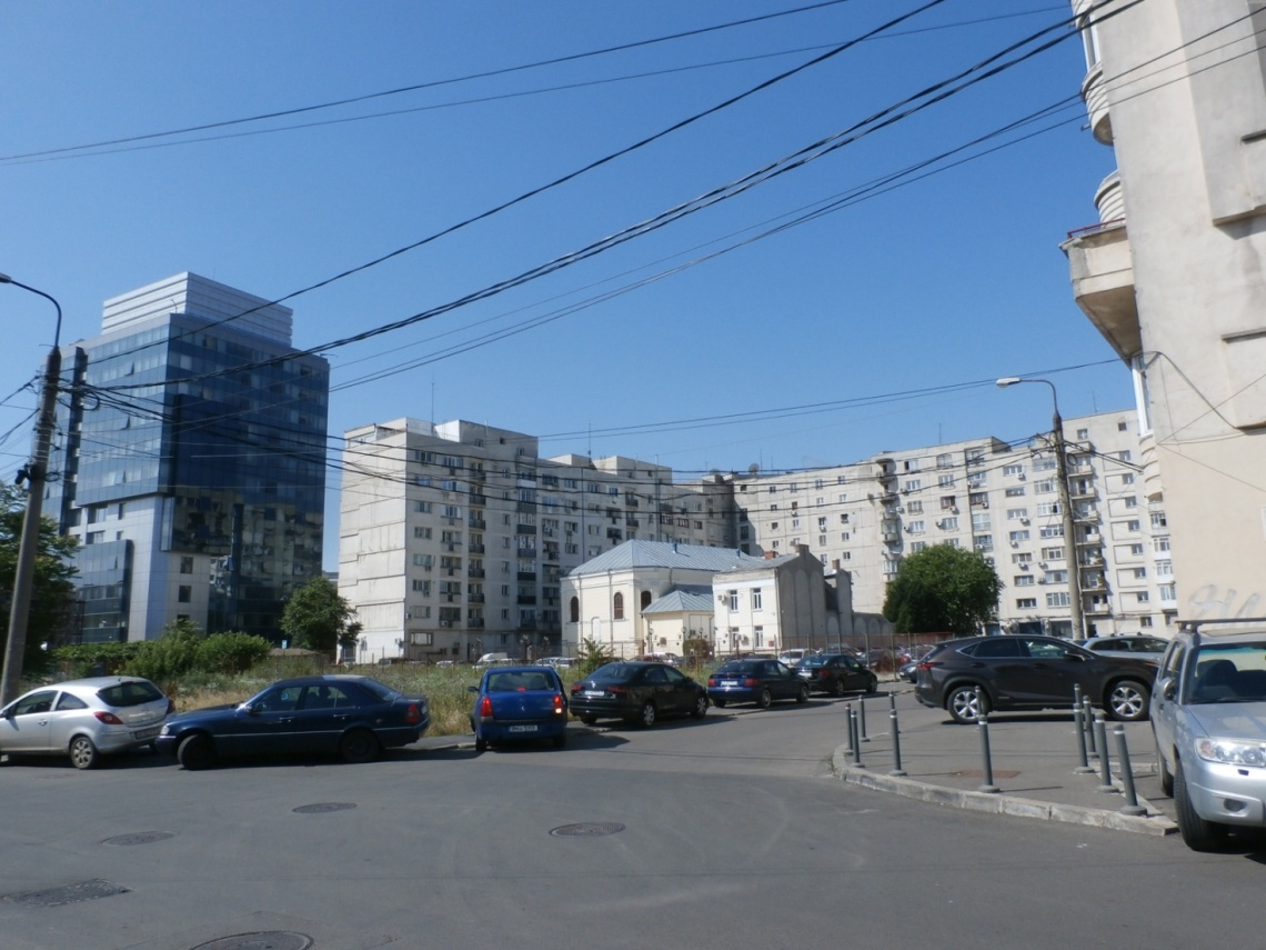 The Great Synagogue of Bucharest surrounded by communist apartment blocks, empty areas and new high-rise buildings. Source: Author's own, 2016.